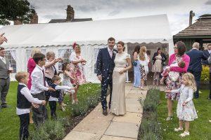 Les enfants participent à la réussite du mariage