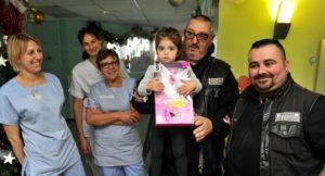 Un enfant reçoit un cadeau à l'h$opital