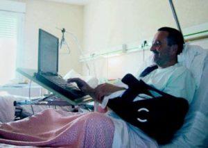 Un patient lisant un email