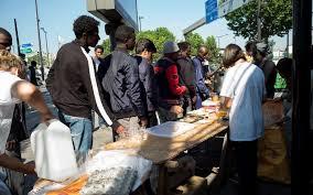 Les initiatives se multiplient pour aider les migrants à Paris