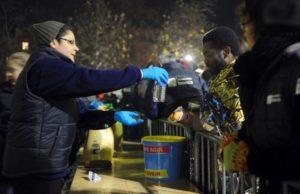 Aider les SDF et les sans abris en apportant nourriture et réconfort moral