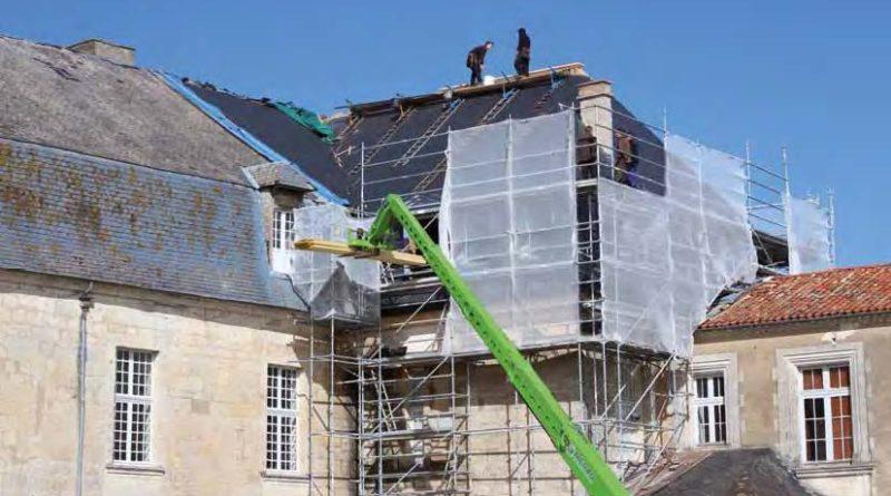La restauration du toit d'un château est cruciale pour sa pérennité