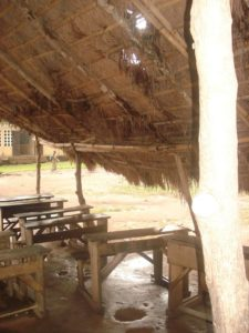L'école du village de Ballafi au Cameroun n'est pas adaptée à la saison des pluies