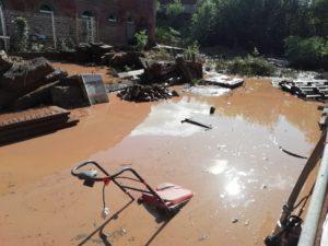La cour a été recouverte de plus d'un mètre de boue